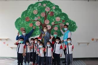 「老幼美感共學」 長輩與幼童攜手繪製超大壁畫