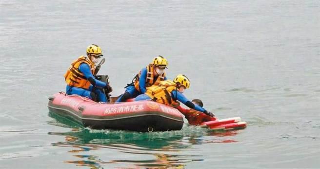 透過空拍機協同搜救,救生艇趕到將溺水者救起。(圖/中國時報許家寧)