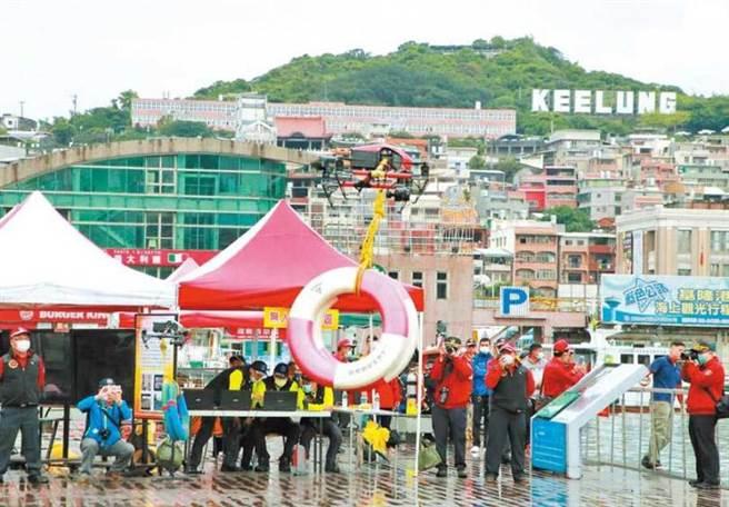 基隆市消防局空拍機隊正式成軍,展現搜救量能。(圖/中國時報許家寧)