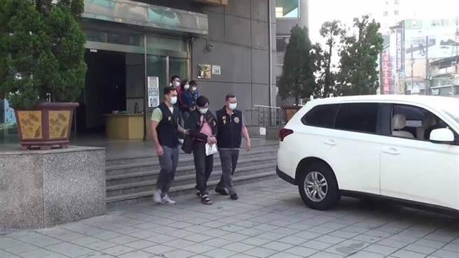 警方偵訊後將吳男(前)、熊女(後)2人依殺人等罪嫌移送橋頭地檢署複訊。(翻攝照片/林雅惠傳真)