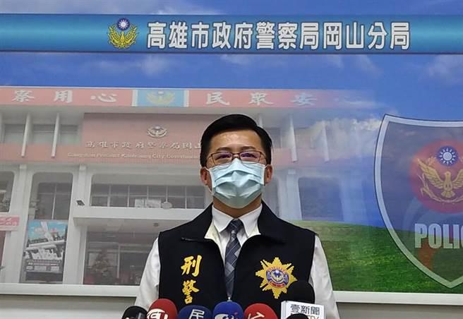 高雄市岡山警分局偵查隊長陳仁正表示,吳嫌與熊嫌因卡拉OK店盤讓問題,與死者林女爆發口角,進而引發命案。(林雅惠攝)