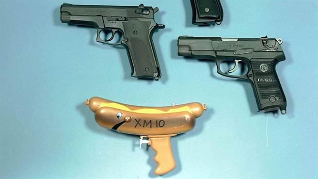 美國陸軍岩石島兵工廠博物館的一張圖片,出現一把XM10熱狗槍,上方左是貝瑞塔M9,右為儒格P85,最上面只顯示槍把的是史密斯威爾森M459。(圖/The Drive)