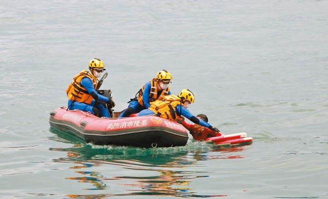 透過空拍機協同搜救,救生艇趕到將溺水者救起。(基隆市府提供/許家寧基隆傳真)