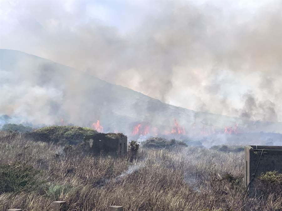 我國最北的島嶼彭佳嶼上午發生火燒島意外,由於火勢仍在蔓延,島上人員不足,消防人員首度搭直升機跨海滅火。(海巡署提供)