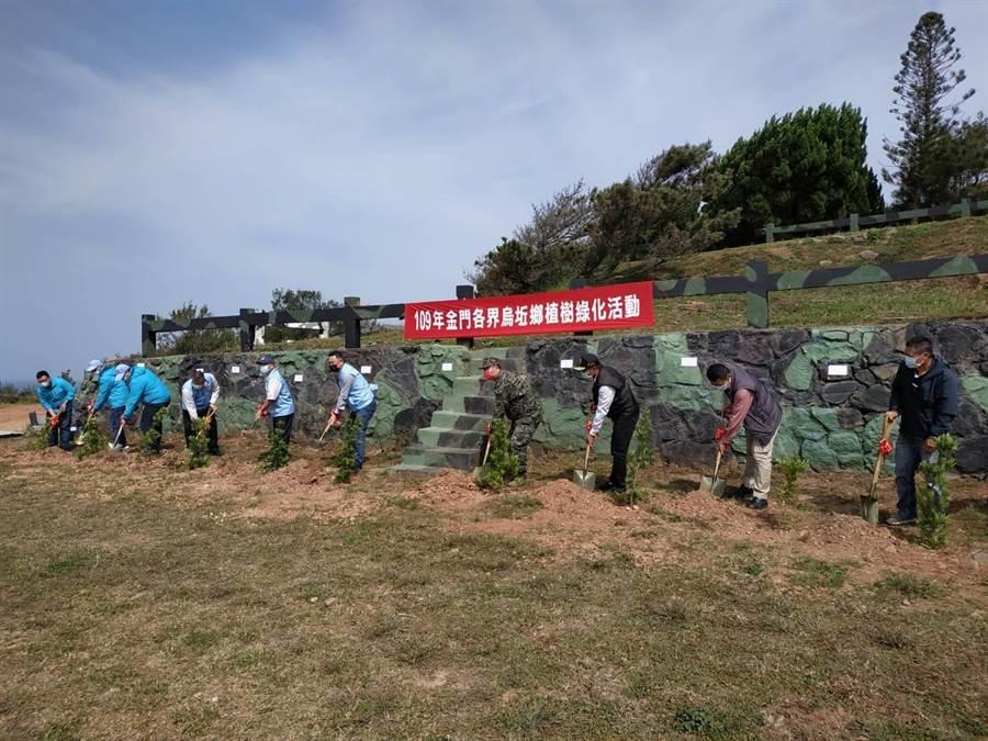 楊鎮浯縣長(中)與烏坵鄉公所、軍方守備大隊首長種樹綠化。(縣府提供)