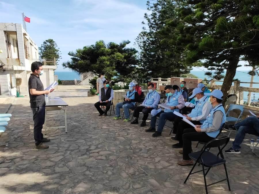 楊鎮浯縣長(中)聽取烏坵鄉公所防疫整備和辦公廳舍簡報。(縣府提供)