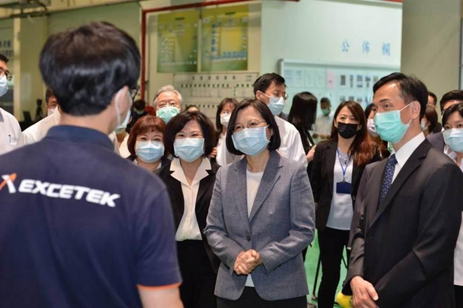 總統蔡英文(前排右2)28日親赴台中訪視「勞動部充電再出發訓練計畫-精呈科技公司」。圖/劉朱松