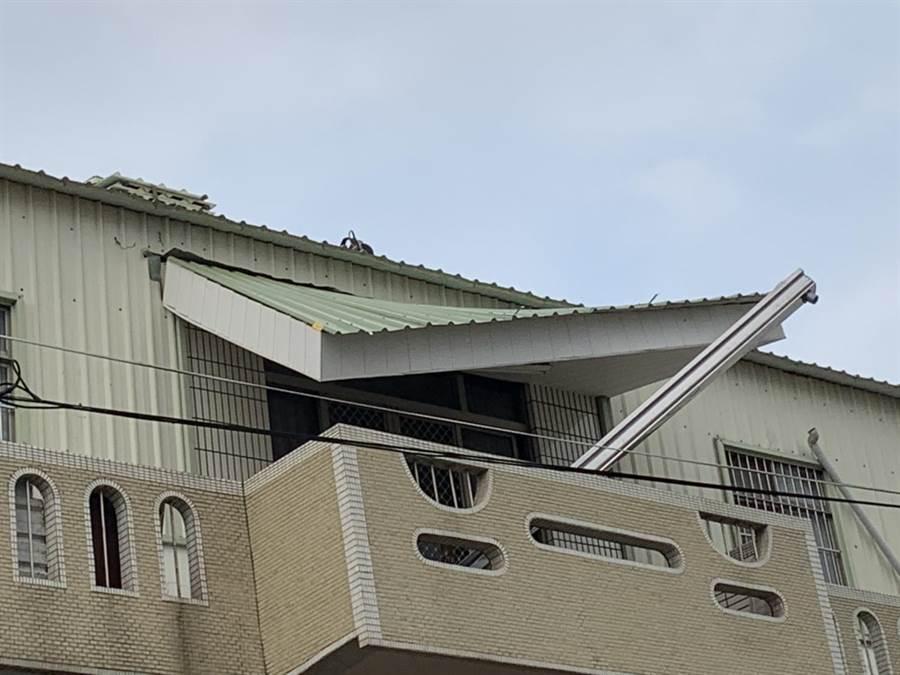 台南市新化區傳施工意外,工人從3樓鐵皮屋頂墜落。(翻攝相片/劉秀芬台南傳真)