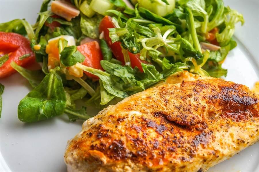 50歲之後的飲食,以優質蛋白質為優先,碳水化合物可減少比例。(圖片來源:pixabay)