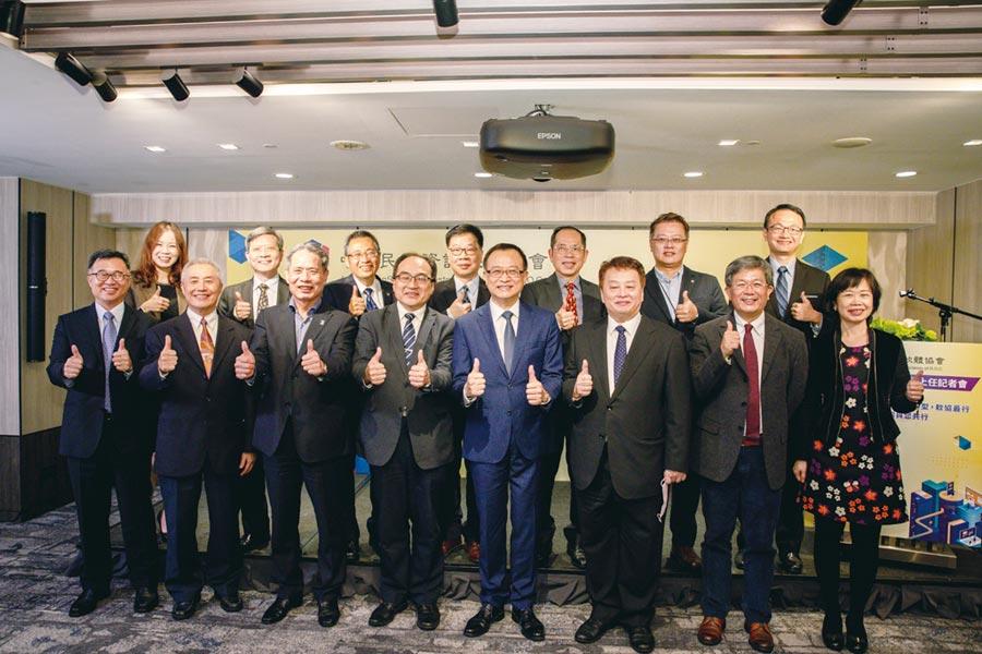 中華軟協理事長沈柏延(右四)、資策會執行長卓政宏(右三)、工業局局長呂正華(右五)與理監事群、秘書長共同合影。圖/中華軟協提供