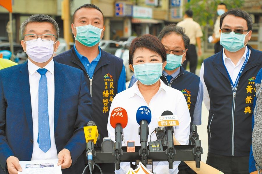 台中市長盧秀燕(左二)及立法院副院長蔡其昌(左一),27日因山手線議題再交鋒。(陳淑娥攝)
