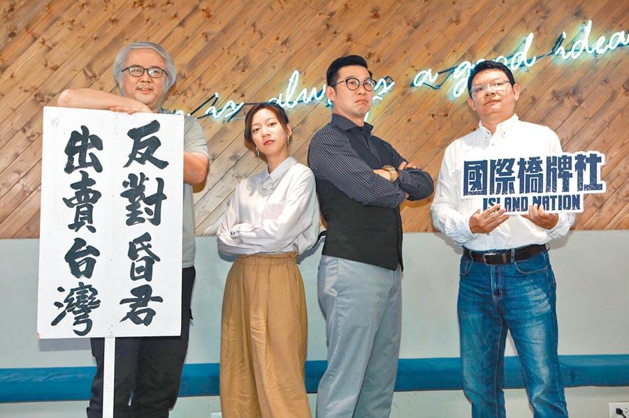 馬力歐(右)、陳妤在《國際橋牌社》飾演主管與記者,兩人火花不斷。(公視提供)