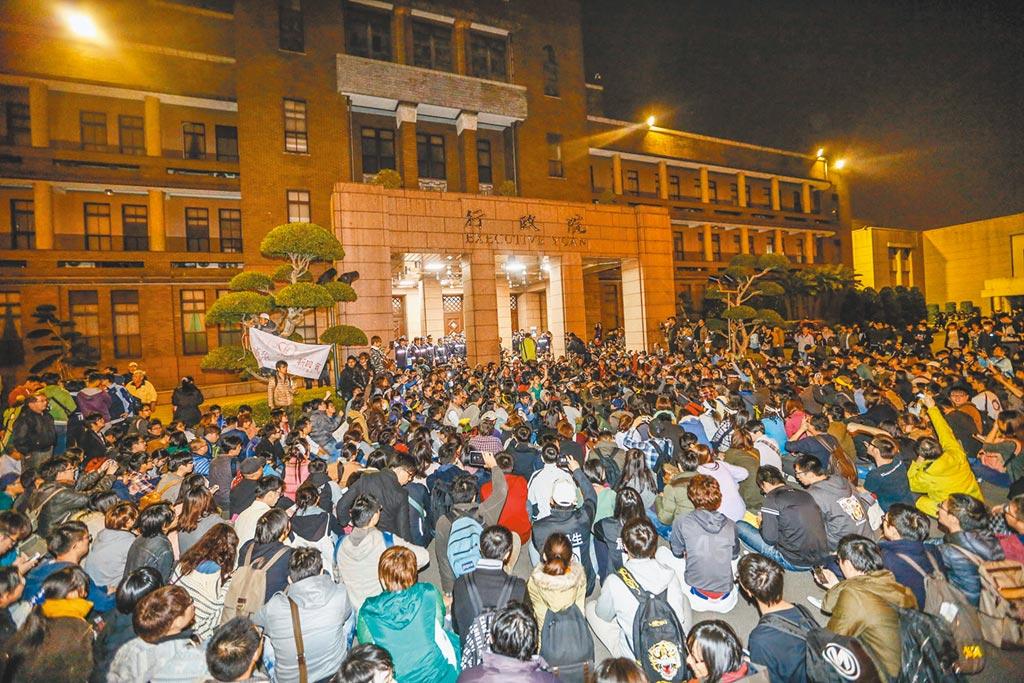 2014年3月23日,反服貿民眾闖入行政院。(本報資料照片)