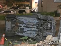 金門酒駕翻車 撞破民宅圍牆