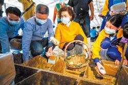 宜縣長率學童 古法製鹹鴨蛋