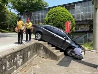 台北客遊通霄 轎車摔落神社前階梯