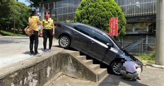 神社前一個轉彎 汽車直衝下樓梯