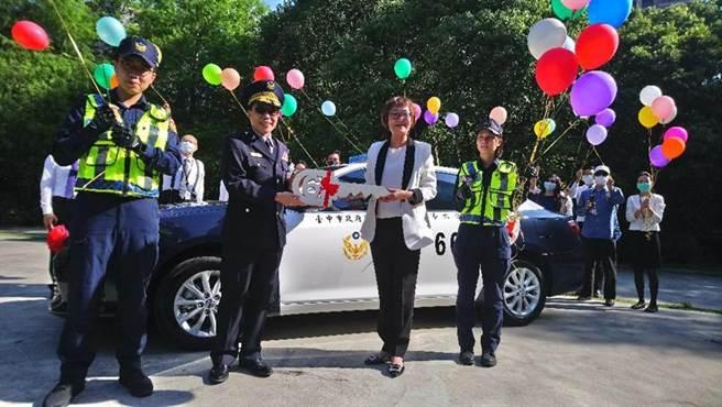 (聯聚建設總經理王于娟(右二)今日捐贈警用巡邏車,由台中市警察局第六分局長盧廷彰(左二)代表接受。圖/曾麗芳)