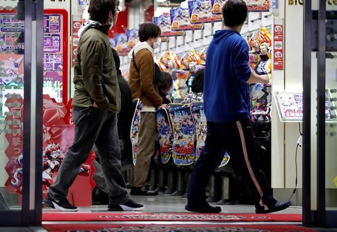 日本發布緊急事態宣言,要求店家配合暫停營業,許多柏青哥業者仍堅持照常營業。(路透社)