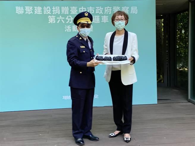 聯聚建設總經理王于娟(右)代表捐贈警用巡邏車、防護手套及反光背心,以具體行動回饋社會公益,為維護治安及防疫盡心力。(盧金足攝)