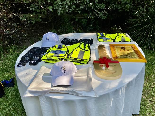 聯聚建設捐贈巡邏車、防護手套及反光背心,以具體行動回饋社會公益。(盧金足攝)