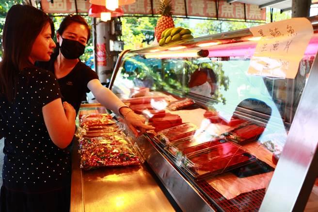屏東黑鮪魚季將在5月2日正式登場,由東港漁會策畫的「黑鮪魚專賣區」則搶先揭開序幕,近日陸續有遊客到東港魚市場內嘗鮮,但攤商仍苦嘆受新冠肺炎疫情影響、人潮大不如前。(謝佳潾攝)