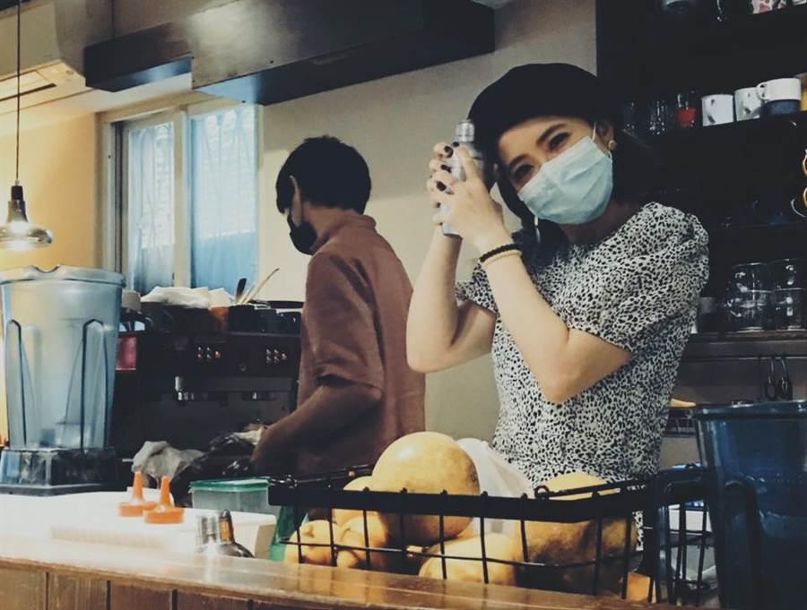 謝忻現在在咖啡店打工。(圖/FB@謝忻)