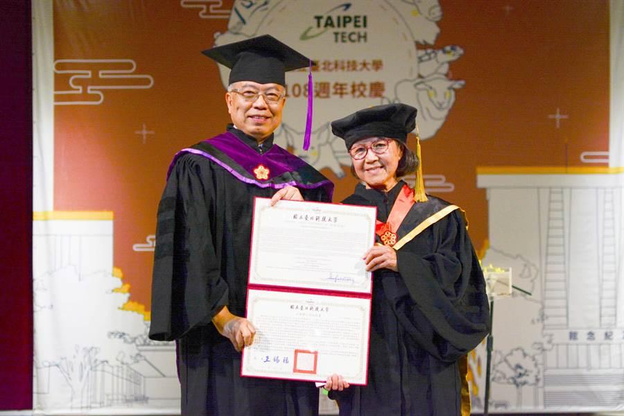 北科大校友蕭美琛(右)2019年成為北科大建校以來第一位女性名譽博士。左為北科大校長王錫福。(北科大提供/李侑珊台北傳真)