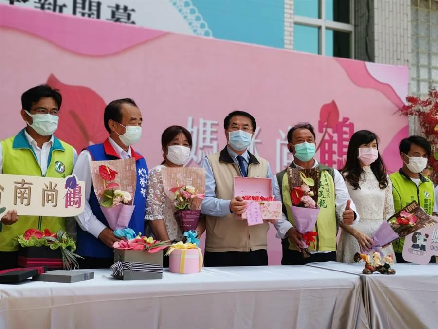 台南市政府推出母親節火鶴花傳情活動,市長黃偉哲(左四)鼓勵民眾贈送火鶴花給媽咪們,祝福全天下的媽媽身體健康「乎好」。(劉秀芬攝)