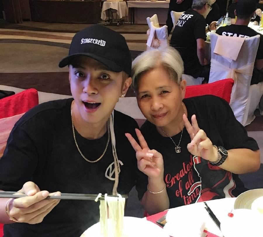羅志祥與媽媽。(取自羅志祥媽媽微博)