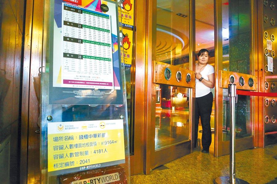 北市錢櫃KTV林森店火警釀5死,錢櫃表示,全台門市停止營業1周,28日錢櫃中華店已停止營業,店員探頭告知即日起休館。(鄧博仁攝)