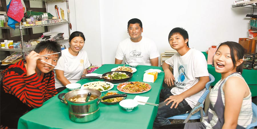 2011年中信慈善基金會董事長辜仲諒(中)與屏東單親媽媽相見,促成「信扶專案」成形,連續獲得各界肯定。(中信慈善基金會提供)