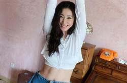 「空姐女神」氣場全開曝光白皙美胸!ㄦ字腰秒現形