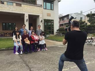 到府拍攝全家福致贈賀禮  模範母親讚「備受禮遇」