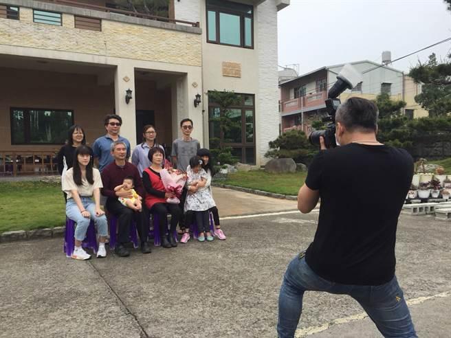 台中市豐原區公所邀請攝影師到模範母親家中拍攝全家福,留下珍貴的溫馨畫面。(王文吉攝)