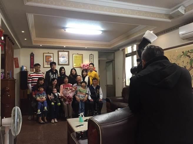台中市停辦模範母親表揚,豐原區公所改為到府拍照及頒獎,讓受獎媽媽覺得「備受禮遇」!(王文吉攝)