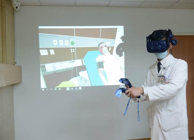 台北慈濟醫院急診部主任楊久滕醫師操作虛擬實境COVID-19臨床訓練。(台北慈濟醫院提供/黃慧雯台北傳真)