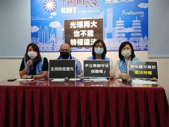 針對罷韓團體掛看板,高雄巿議會國民黨團29日批評有罷免權,不代表就有違法特權。(曹明正攝)