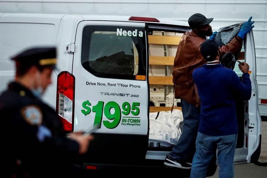 紐約布魯克林克萊克利殯葬服務公司外的貨車上堆滿數十具遺體,由於貨車上沒有冷凍設施,加上屍體已放置一段時間,屍水不斷滲出,現場臭氣沖天,鄰居受不了趕緊報警。(圖/路透社)