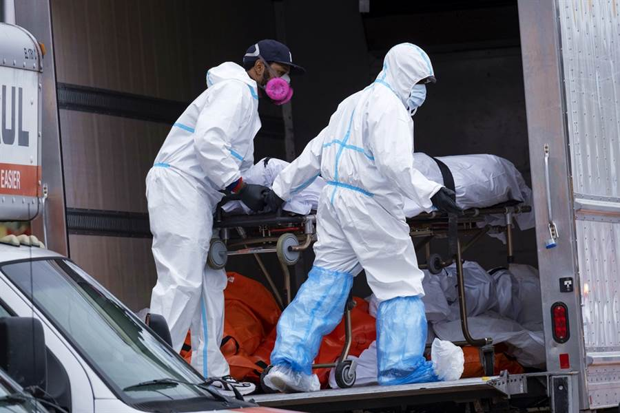紐約警方到現場後,將明顯開始腐爛的遺體改安置在冷凍貨櫃車內。(圖/美聯社)