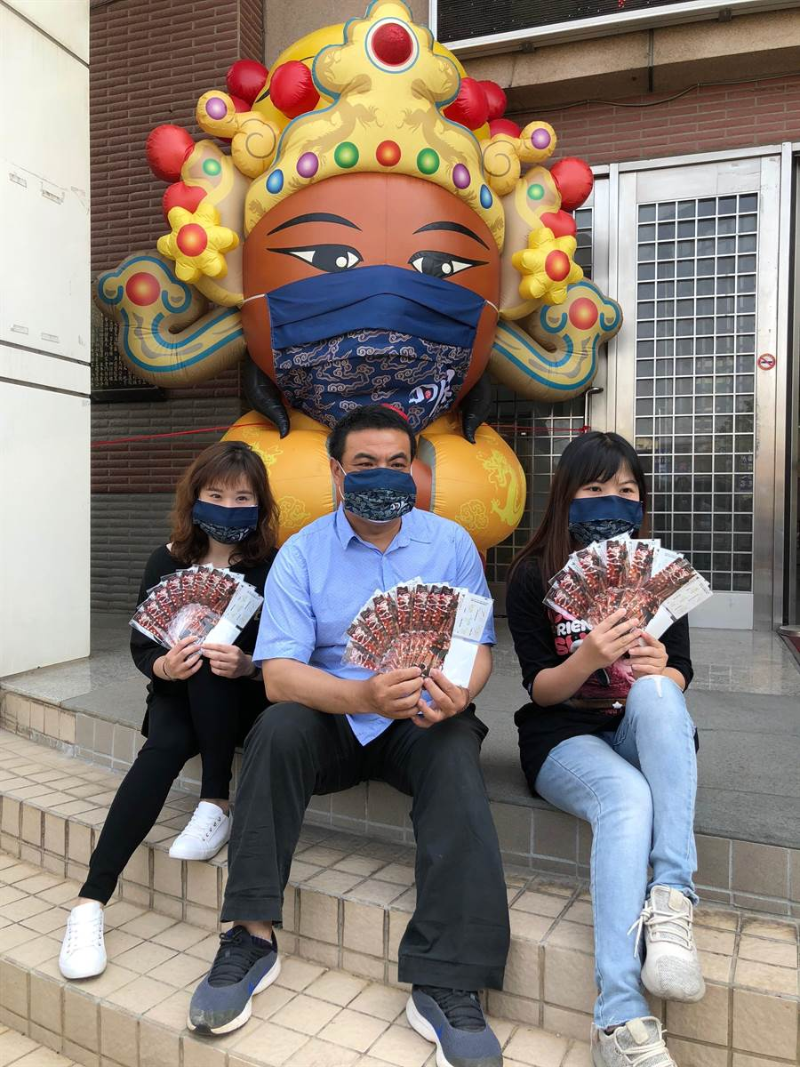金城鎮公所委外製作洋溢慶典風的口罩套。(李金生攝)