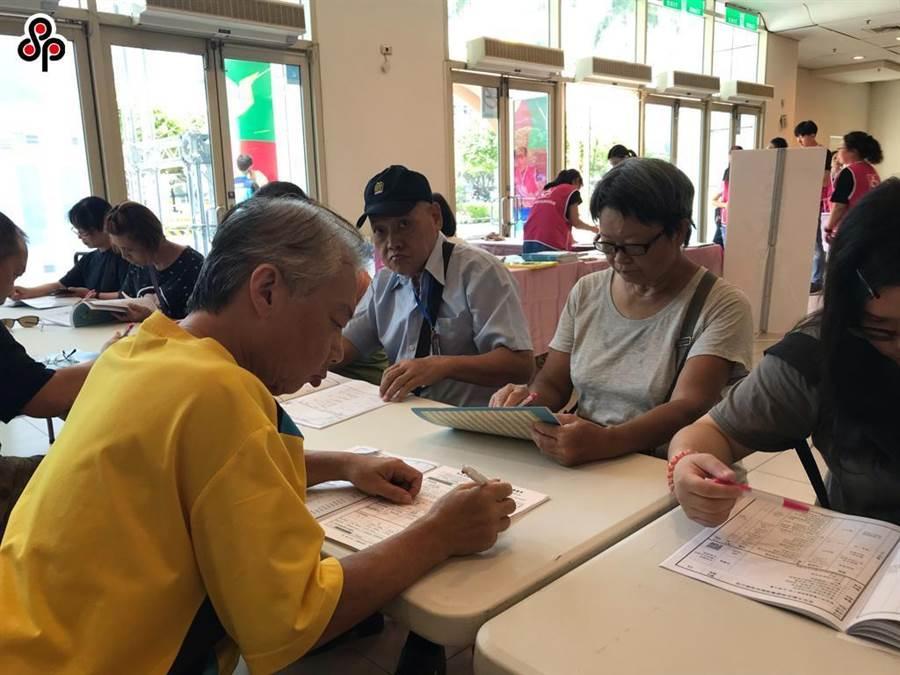 行政院在2月時指定《中高齡者及高齡者就業促進法》在今年5月1日施行,但在今天臨時喊卡。(報系資料照)
