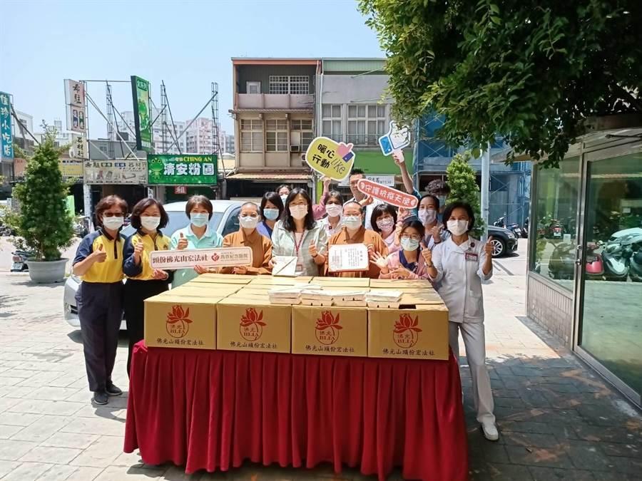 頭份佛光山宏法社送贈600分佛誕餐給頭份為恭醫院。〔為恭醫院提供/謝明俊苗栗傳真〕