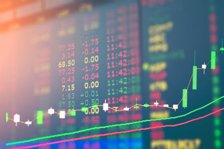 瑞銀調查顯示,即便目前面臨疫情不確定性,仍有近半的富有投資人仍想保持持股水位,37%的人計畫投入更多資金。(圖/達志影像)