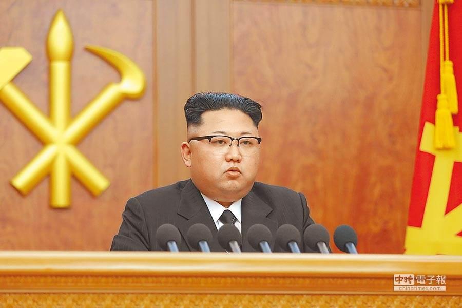 北韓領導人金正恩生死成迷,流亡記者爆料他很健康,但快被新冠疫情搞瘋 (圖/翻攝自朝中社)