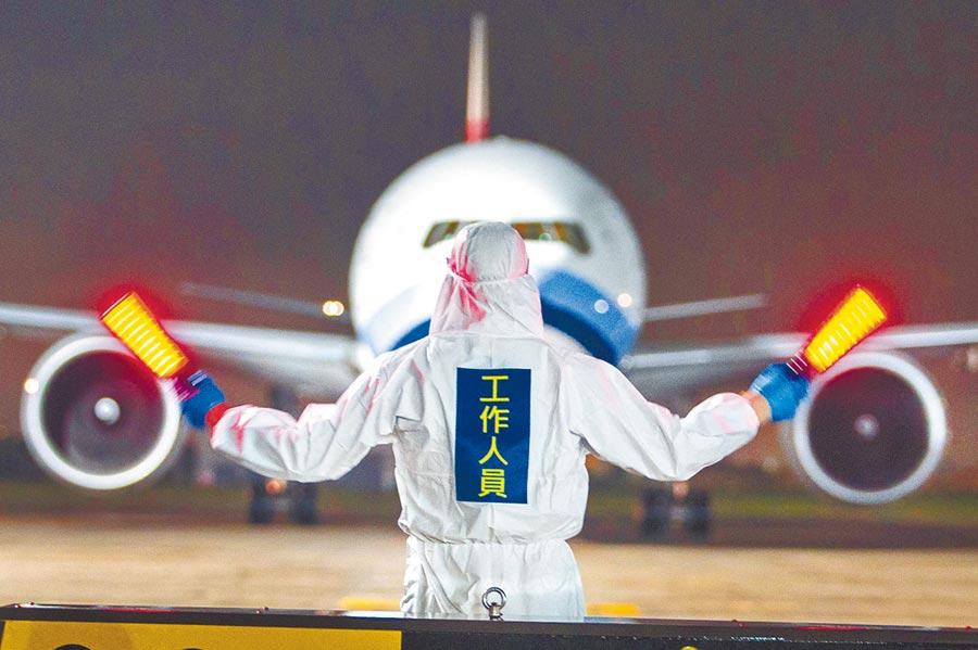 多位台商會長希望兩岸能安排包機飛往台商密集地,圖為華航第2架次類包機歸來。(本報系資料照片)