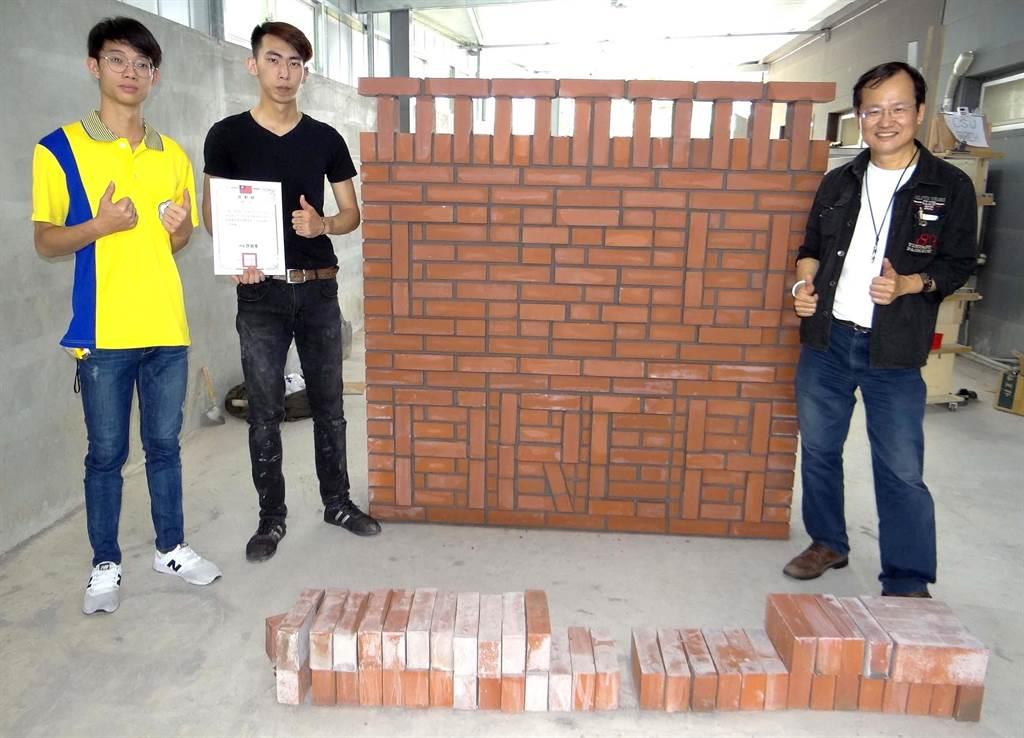 正修科大建築系一年級同學張育銘(左二)參加「第50屆全國技能競賽南區分區技能競賽」,拿下砌磚銀牌。(林雅惠攝)