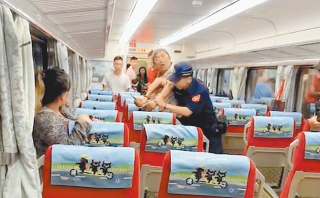 鄭嫌去年7月在火車上持刀刺死鐵路警察李承翰。(摘自爆料公社臉書)