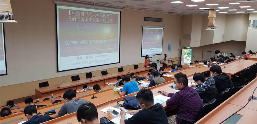 華夏科技大學於4月30日舉辦「未來求職必勝秘技」演講活動,邀請知名專業形象顧問講師、前再美造型公司總經理顏應蓮演講。(華夏科技大學提供)