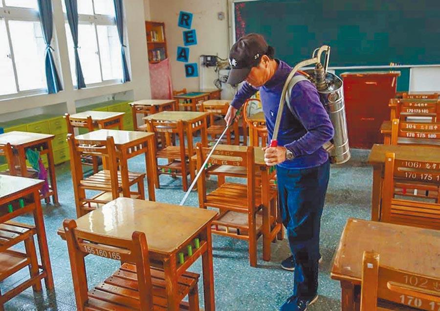 新竹縣府加強國中會考學校消毒,將採取6大防疫措施,讓考生安全舒適應試。(羅浚濱攝)